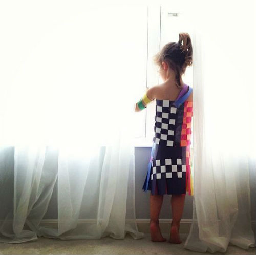 o 1643876 570 1fgsdggsdg Mommy Daughter Duo Make Dresses Out of Construction Paper + Tape